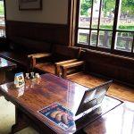 吉田川を眺めるテーブル席